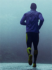 man running in rain - kinetic running program